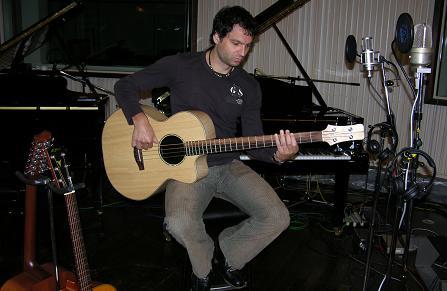 Mathias Dietrich (Die Prinzen) mit seinem Bass im Studio.
